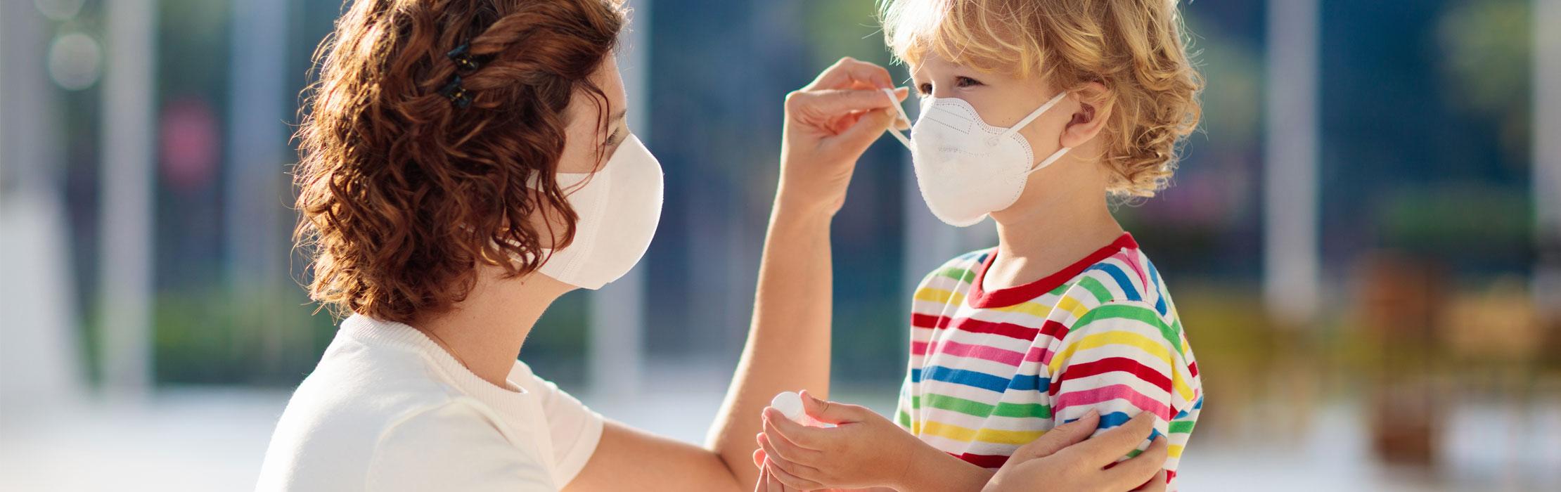 Mère et son enfant portant un masque